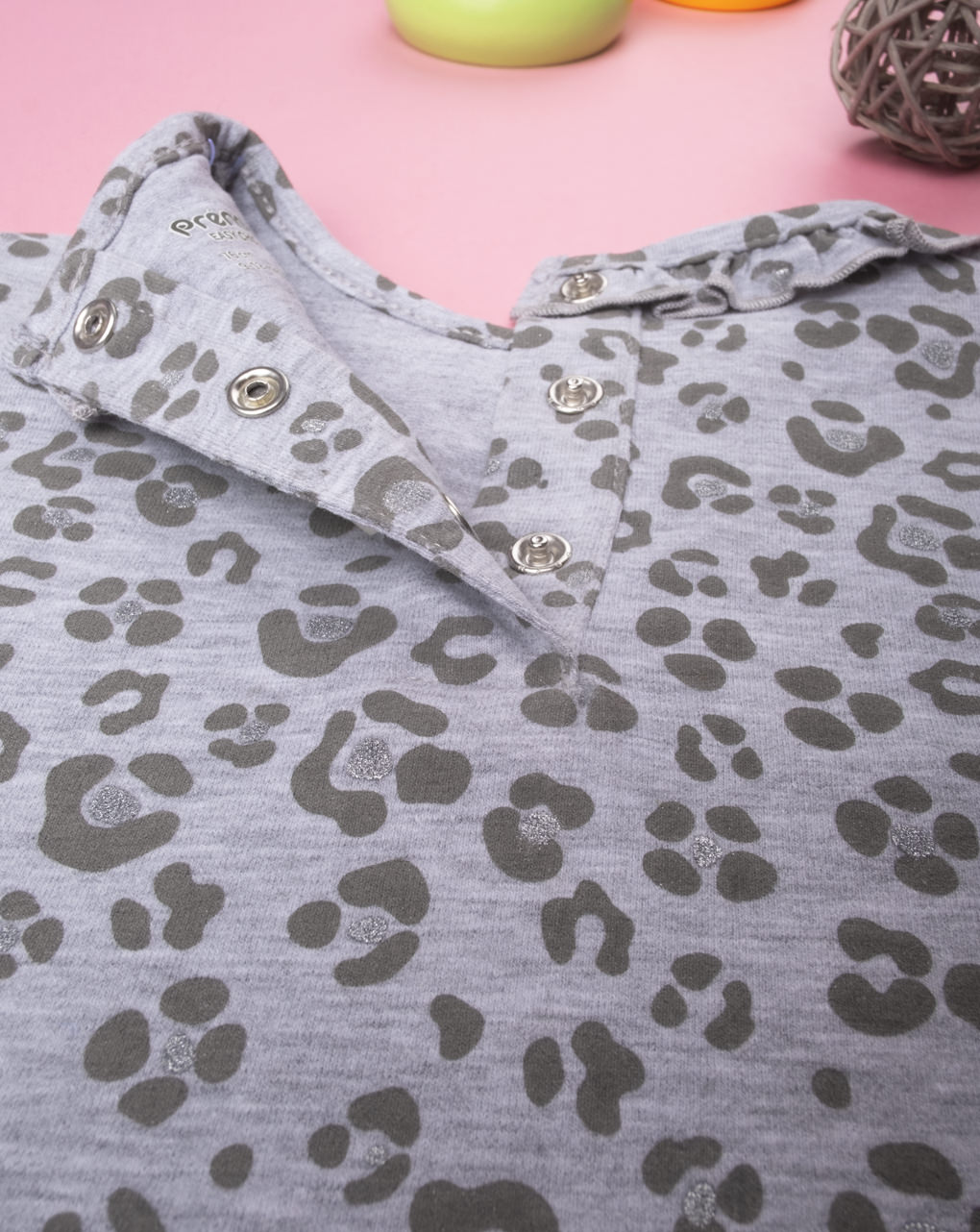 Garota com corpo de leopardo cinza - Prénatal